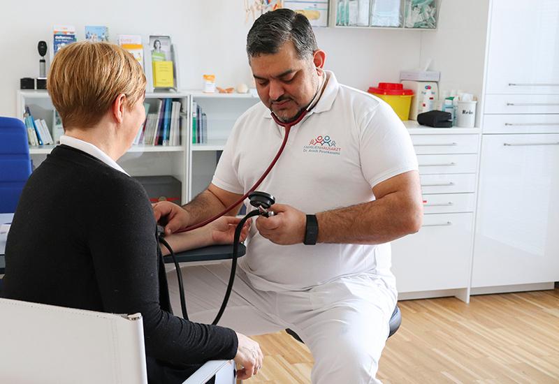 Ordination Dr. Pourkarami Blutdruckmessung